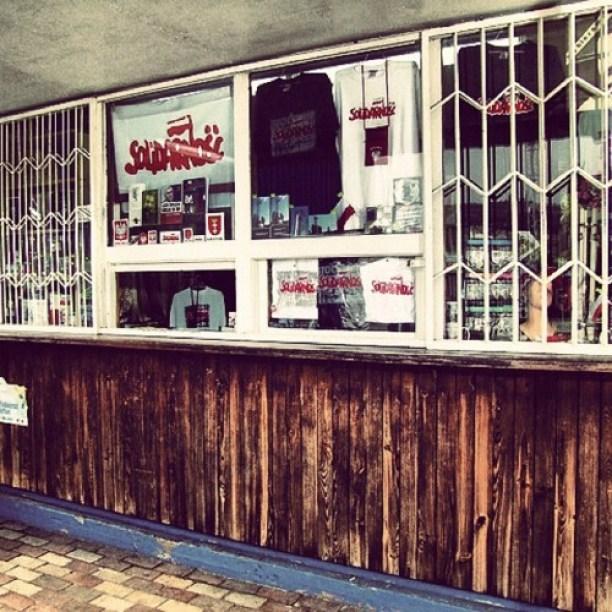Kiosk Tadeusza przy Bramie nr 2 Stoczni Gdanskiej. Tutaj kupisz pamiątki związane z Solidarnością i Lechem Wałęsą