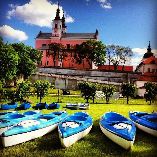 Przy klasztorze dominikanów rozpoczynamy spływ kajakowy rzeką Czarna Hańcza na Suwalszczyźnie