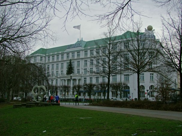 Hotel Atlantic Kempinski Hamburg - widok od strony Jeziora Aussenalster
