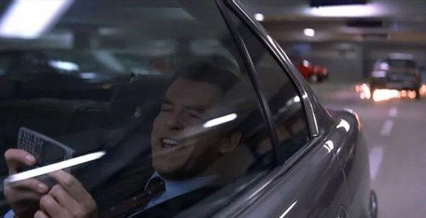 "Pościg na parkingu Saturna. Kadr z filmu ""Jutro nie umiera nigdy"" (Tommorow Never Dies)."
