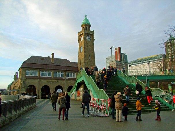 landungsbrucken-port-hamburg-zegar-wieza-cumuja-statki-promy-rejsy-72-62-linie