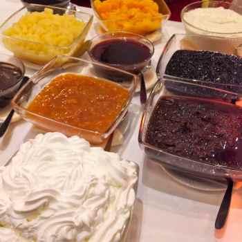 Syte śniadanie hotelowe na słodko dżemy i bita śmietana