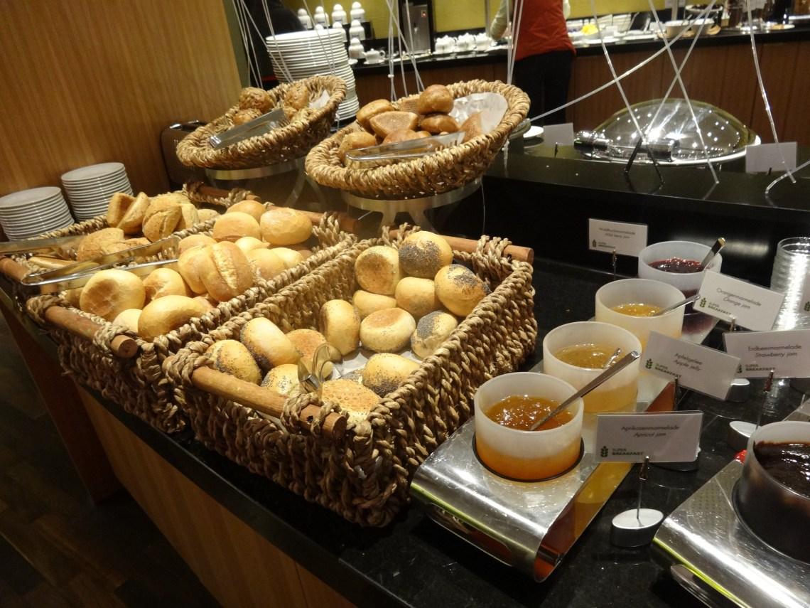 Bufet śniadanie hotel Radisson Blu Hamburg Airport świeże pieczywo bułki dżey