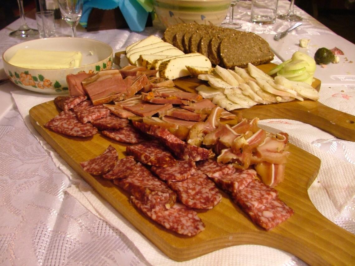 Zdrowe śniadanie. Regionalne wędliny, pieczywo, sery na Suwalsczyźnie w zajeździe Morena w Hołny Mejra