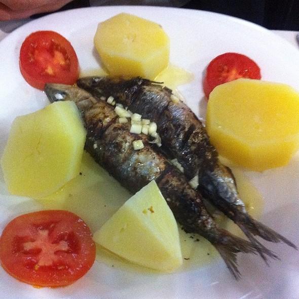 sardines-sardynki-porto-ryby-portugalskie-smazone-kuchnia-jedzenie