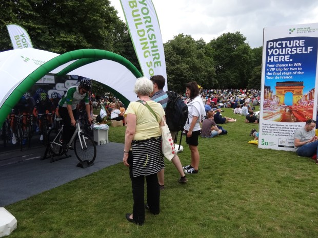 london-st-james-park-tour-de-france-w-londynie-yorkshire-society-konkurs-selfie-na-rowerze
