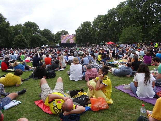 st-james-park-tour-de-france-londyn-w-londynie-anglia-telebim-kolarstwo-kolarze-kibice