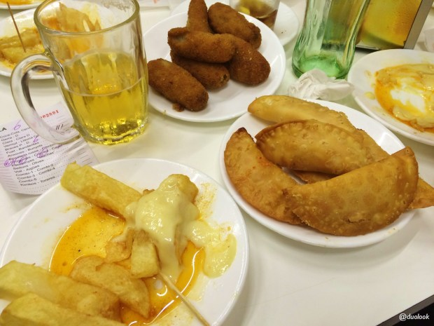 patas-bravas-bar-tomas-de-sarria-barcelona-katalonia-co-zjesc-w-hiszpanii-kuchnia-03