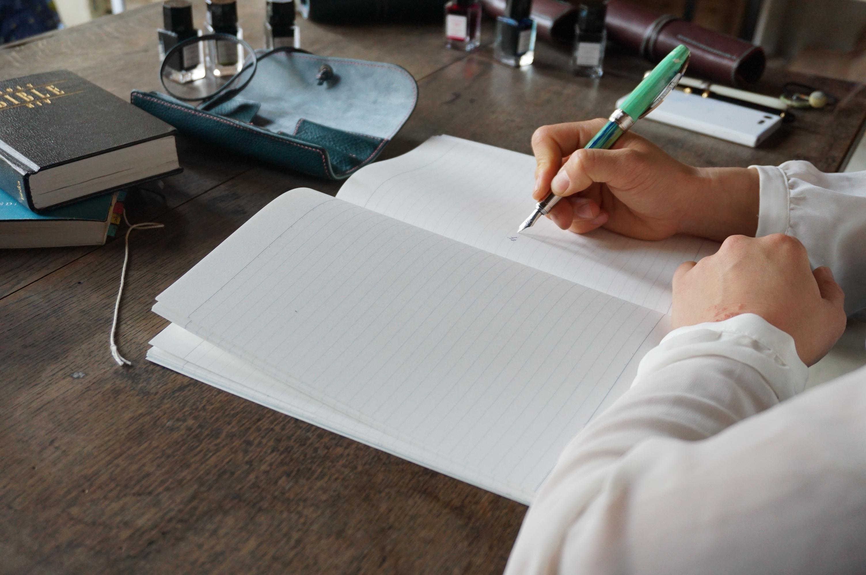 知的な女性を演出。万年筆で書く手紙の魅力とは?