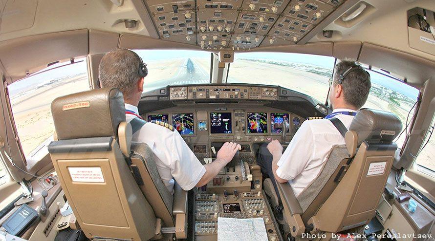 boeing 777 flight deck