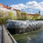 320 Tonnen schweres Flusscafé
