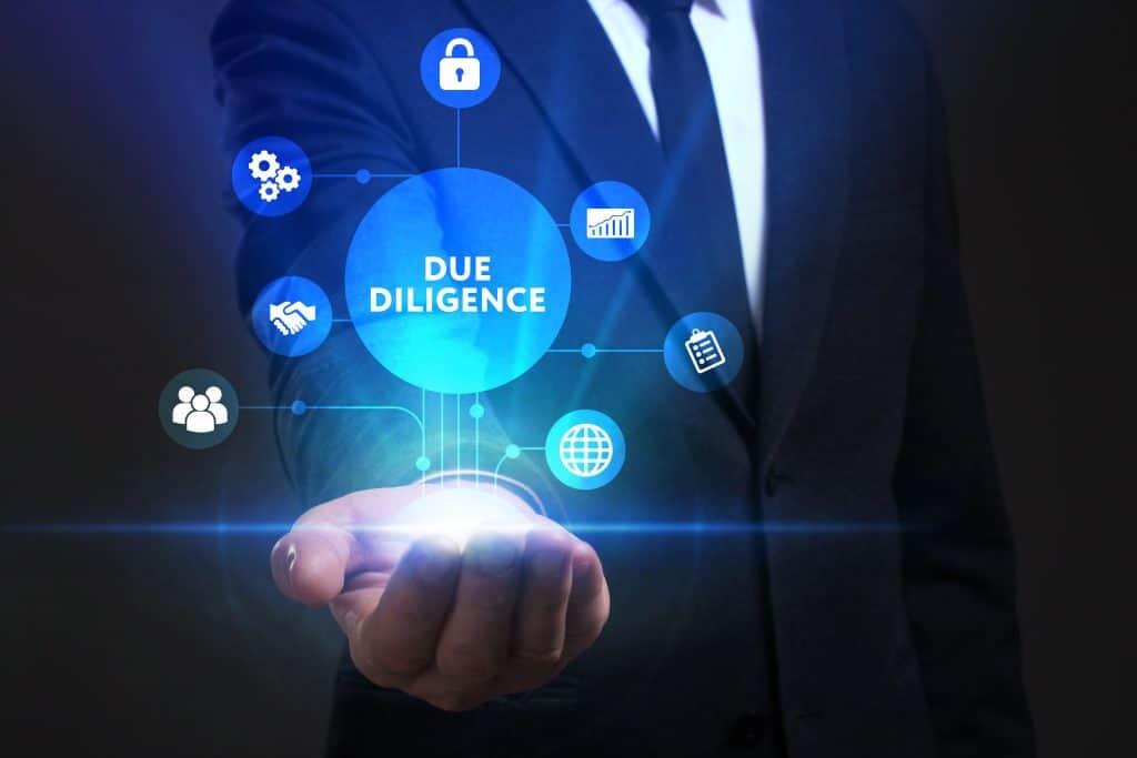 Alle wichtigen Faktoren für den Immobilienkauf werden im Due Diligence Prozess geprüft und werden in einer Hand gehalten.