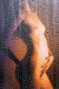 Duschen hinter einem Duschrollo