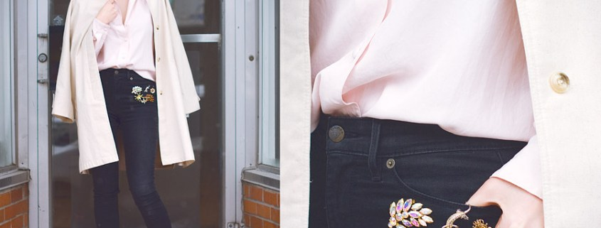 How to wear vintage brooches? Decorate your jeans in a tight layout
