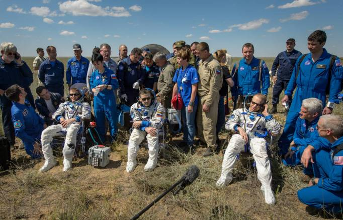 Şu fotoğrafın güzelliğine bakar mısınız? Yorgun ama gururlu astronotlar...