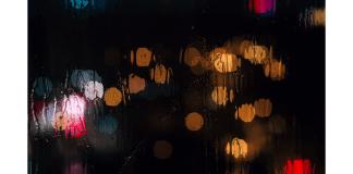 yağmurlu camdaki ışık oyunları