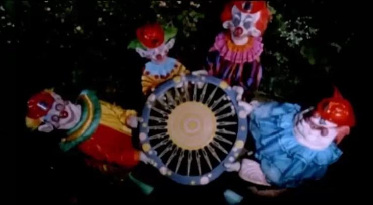 Katil klowns evinin disinda genc bir kadina saldiriyor.