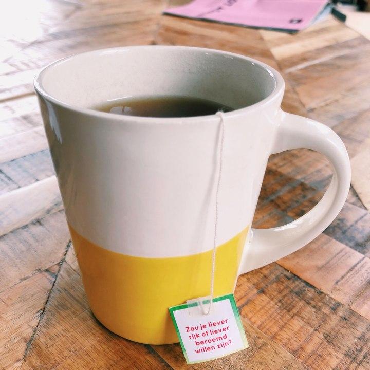 Mok met theezakje met op de label geprint de vraag 'Wat wil jij later worden als je groot bent?'