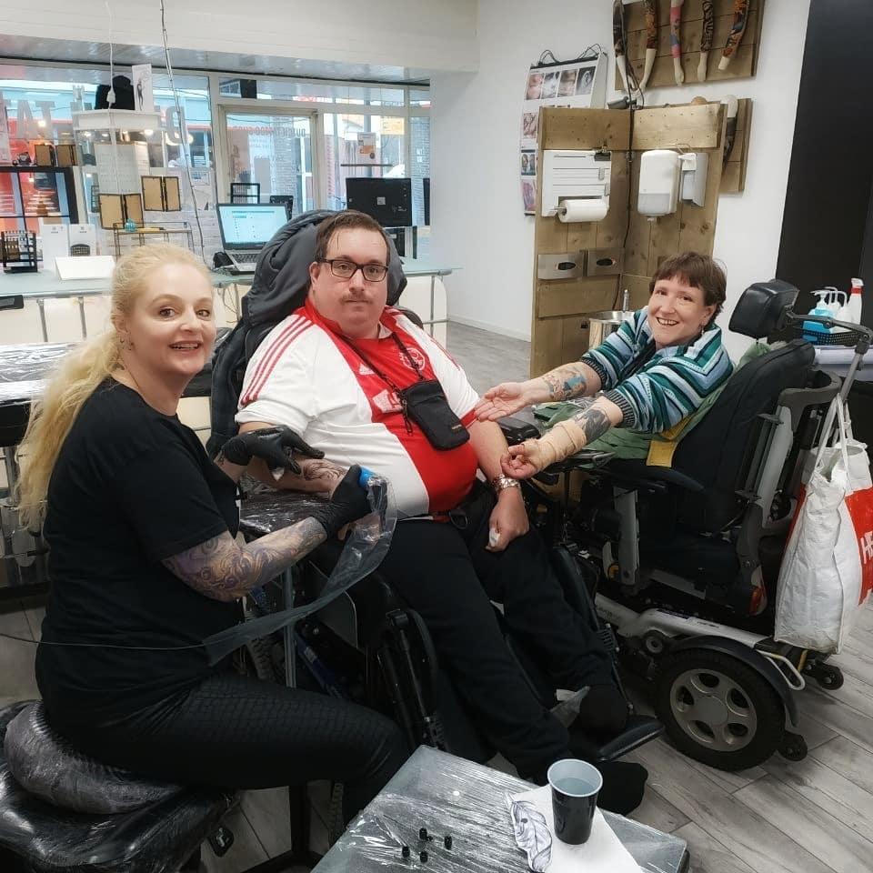 tattoo-zetten-handicap-rolstoel-begeleider-dutchtattooshop