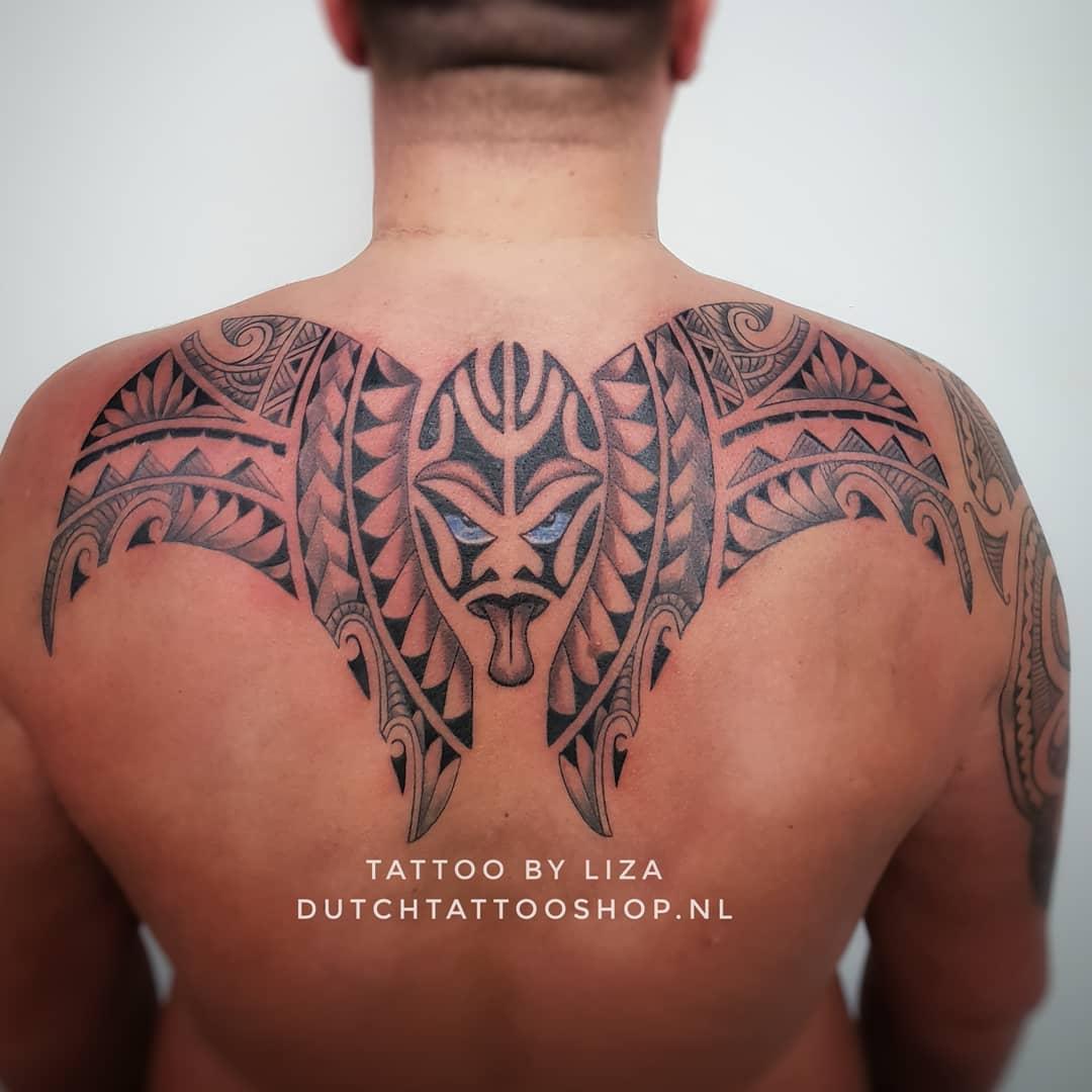 polynesisch-maori-masker-schouderstuk-tattoo