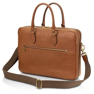 El maletín cuenta con una bandolera de cinta tejida ajustable y desmontable.