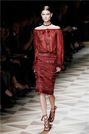 Elegante propuesta de cóctel en rojo, con falda de silueta lápiz, de la colección FW12/13 de Ferragamo en Milán