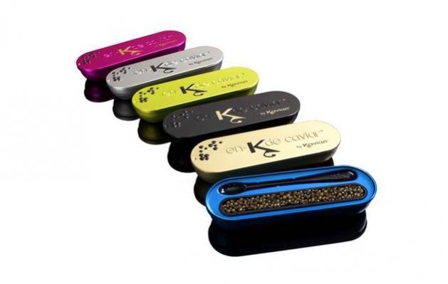 Este producto, pensado para los paladares más exigentes, consta de una colección de 6 latas de 15gr con caviar Osetra, que vienen en diferentes colores y con una cuchara pequeña.