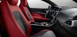 Los asientos deportivos de piel han sido diseñados y fabricados meticulosamente para ofrecerle sujeción y apoyo en cada curva y están disponibles en colores inspirados en la competición.