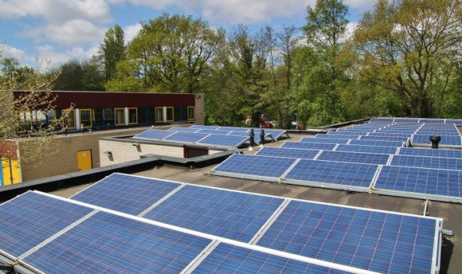 Zonnepanelen op het dak van de Peter Petersenschool in Haren. Foto: Helga Kouwenhoven