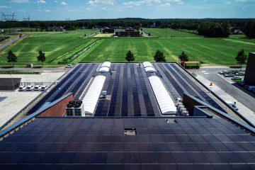 Zonnepanelen op het dak van een groot gebouw