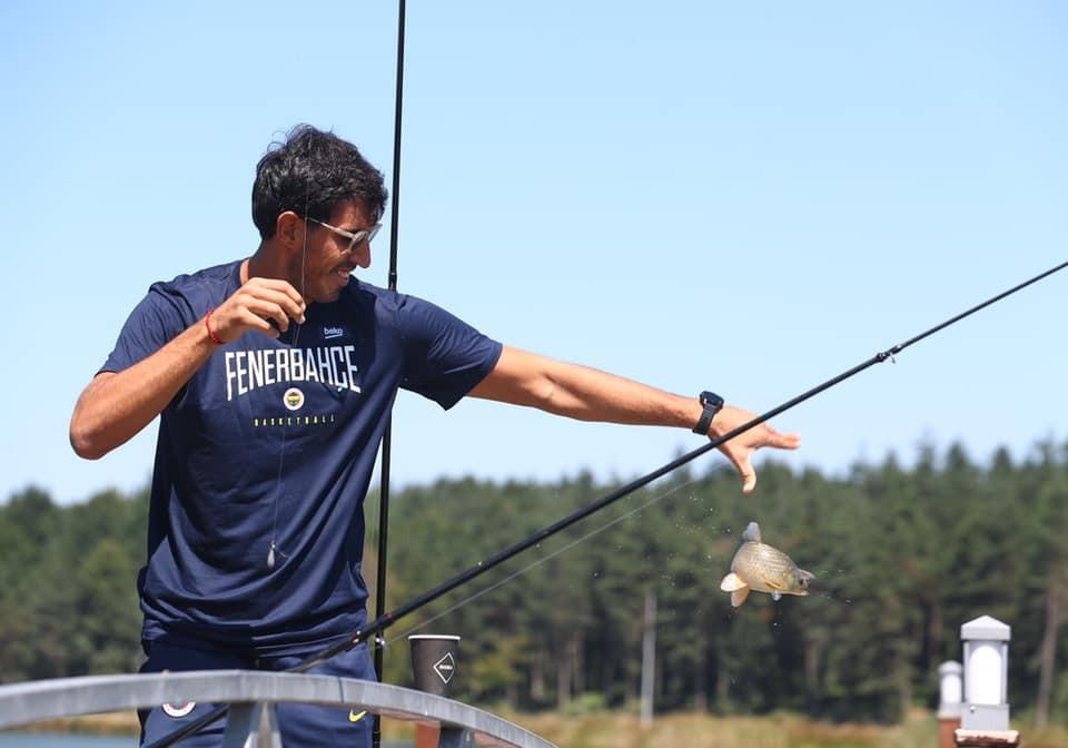 Fenerbahçe Beko oyuncusu Topuk Göletinde balık tuttu