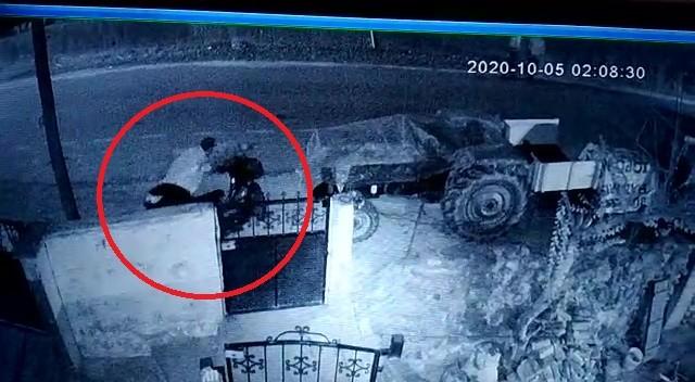 3 hırsız park halindeki motosikleti böyle çaldı