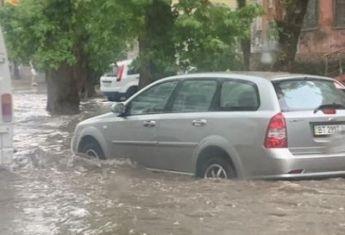 Проливные дожди превратили Херсон в Венецию.
