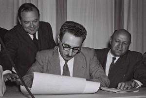 Моше Шарет подписывает Декларацию независимости Израиля 14 мая 1948