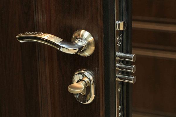 Преимущества входных металлических дверей перед деревянными