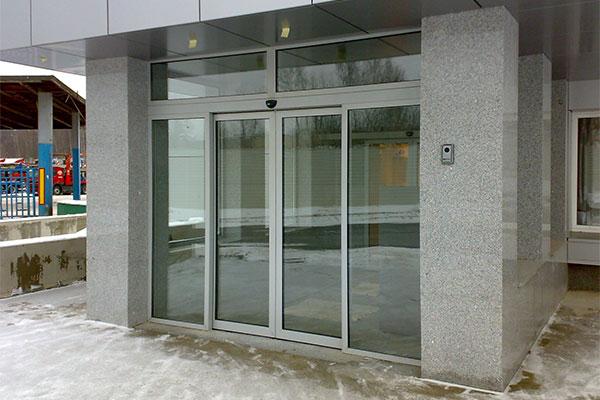 Автоматические двери в местах с повышенной проходимостью