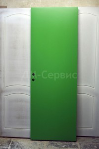 зеленая крашенная дверь