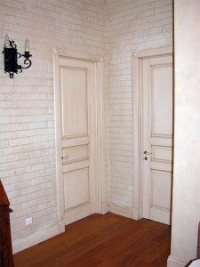 межкомнатные двери с патиной в интерьере