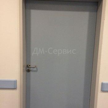 Серая окрашенная дверь с замком под ключ