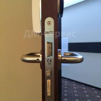 Гостиничная дверь с электронным замком