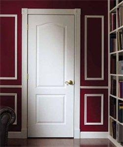 Белая мазонитовая дверь