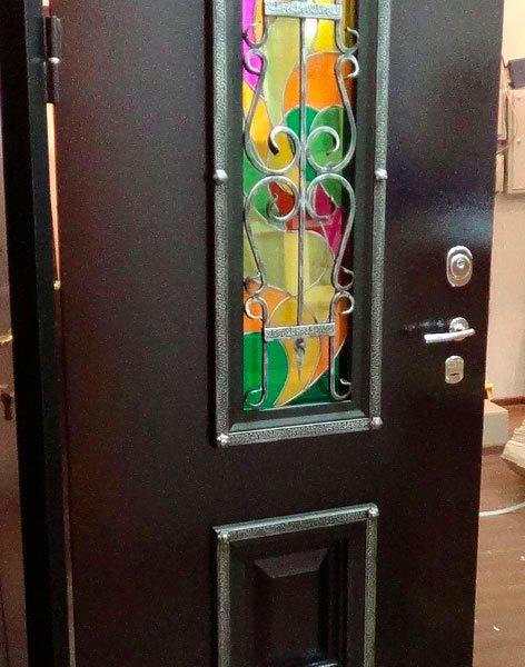 Входная дверь с коваными элементами