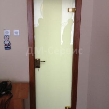 Офисная дверь с белым стеклом