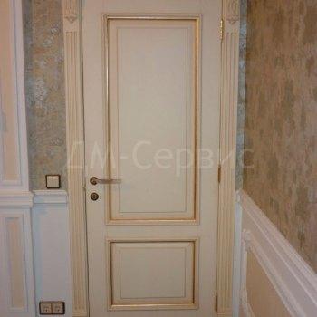 Массивная дверь с патиной в совмещенный санузел