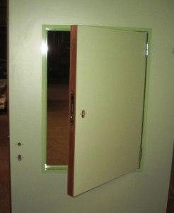 Белая дверь с раздаточным окном
