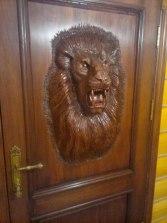 двери со львом