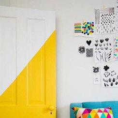 Разноцветные крашенные двери