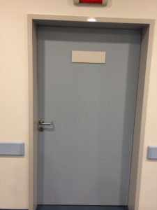 Серая дверь облицованная пластиком CPL