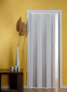 Белая складная дверь из пластика