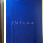 Дверь окрашенная в синий с одной стороны